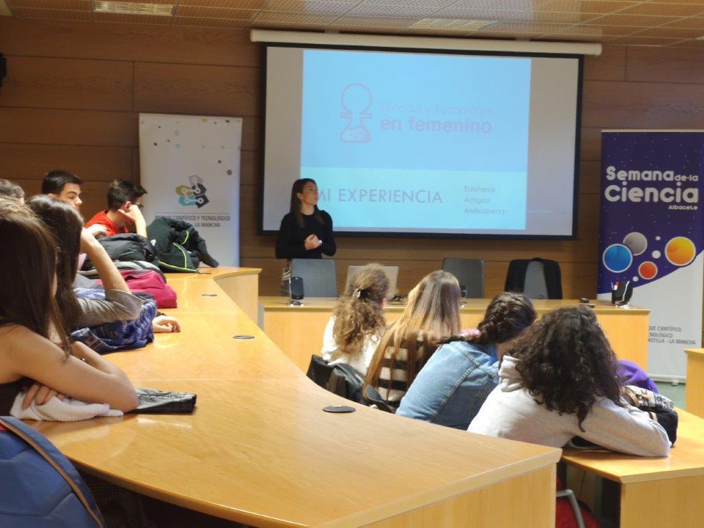 """Ayer 4 de noviembre arrancó la Semana de la Ciencia en Albacete con la charla de la Dra. Estefanía Artiago """"La vida de una investigadora: Mi experiencia personal"""""""